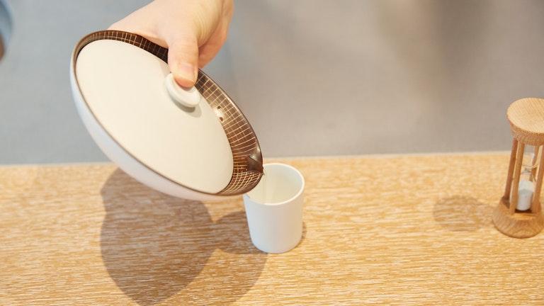 急須から湯呑みへお茶を注ぐと、甘くふくよかな玉露の香りがふわりと漂ってくる