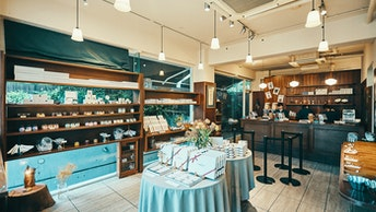 大小様々なアソートや、一つずつのバラ売りなど、様々なラインナップが並ぶ店内