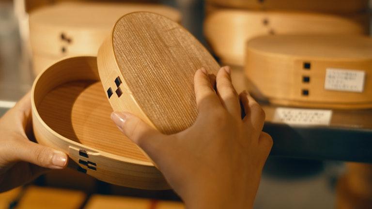 岡山県の「美作めんつ 小判型(極小¥8,400~/税抜)」。側面が檜、底板と蓋板が杉で作られている