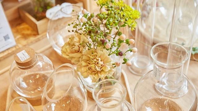 花器として生花やドライフラワーを飾るのもおしゃれ。シンプルだからこそ、色々な使い方ができる
