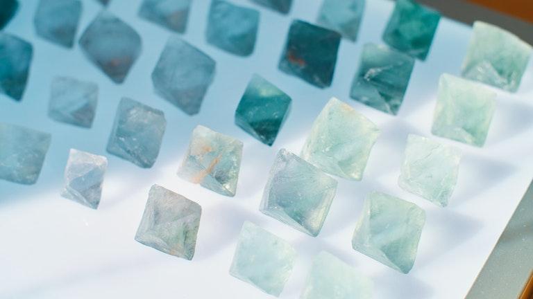 同じ蛍石(フローライト)でも色合いが違うので、お気に入りの1つをじっくり選びたくなる