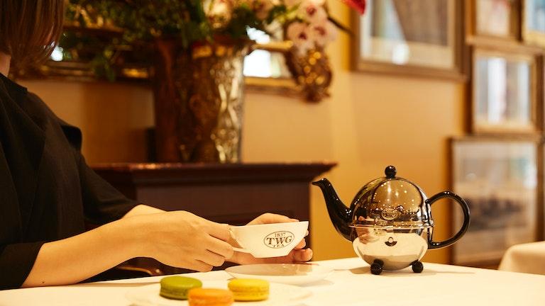 気分に合わせて選んだお茶をサロンで頂く至福のひととき。マカロンやケーキなどスイーツメニューも充実