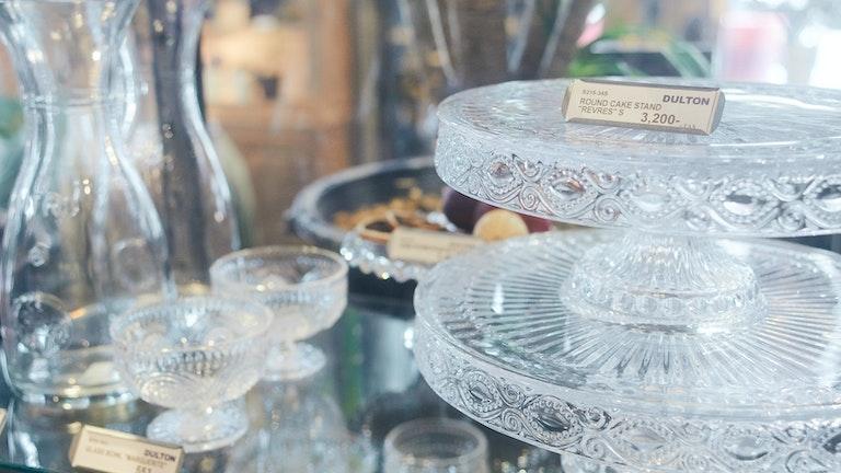 涼やかな印象のガラスの食器。ケーキスタンドはインテリアのディスプレイとしても人気