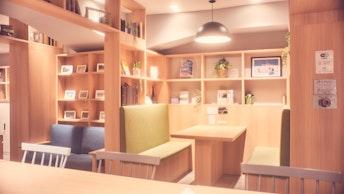 カフェのドリンクを片手に、自由に旅に関する計画や相談ができるゆとりの空間