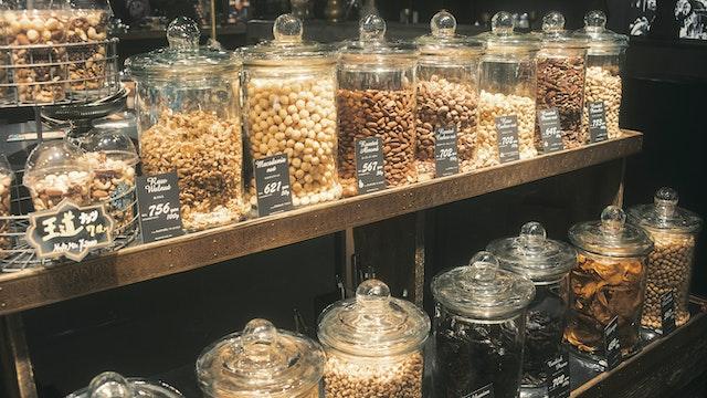 ナッツやドライフルーツは量り売り。オイル不使用、無添加なので、天然の風味が生き栄養も満点