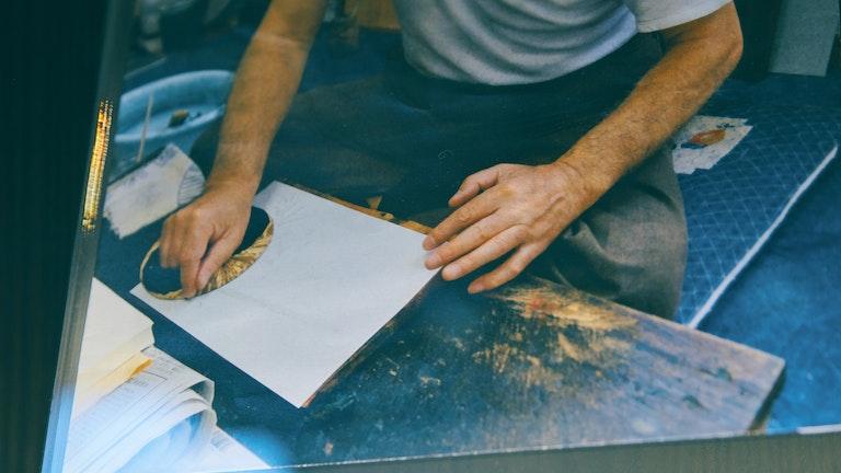 職人さんが1枚1枚木版を使って手摺りする、榛原こだわりの手法