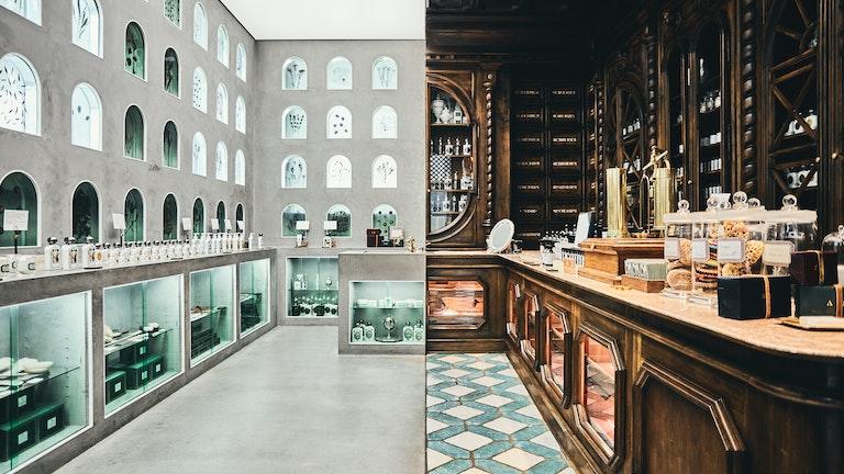 左側はモダンな東京、右側は創業当時のフランスの薬局をモチーフとしてデザインされている店内