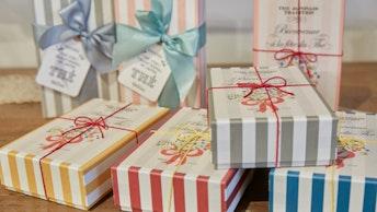 お茶とお菓子がセットになったアソートボックスは、プレゼントとしても人気