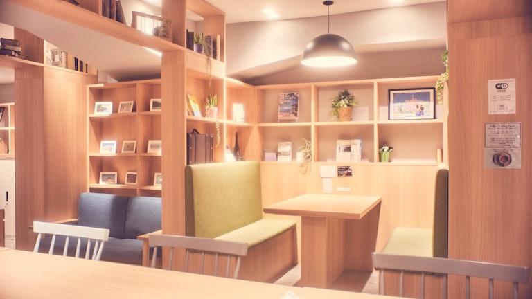 ソファ席やテーブルも充実。ゆったりとした空間づくりのおかげで、混んでいてもあまりそう感じない。