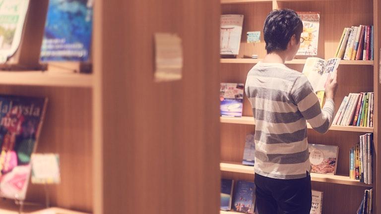 約240冊の本が並ぶ「スタディ・ワークス」。気になる本はもちろん席で読むことができるが、つい立ち読み。