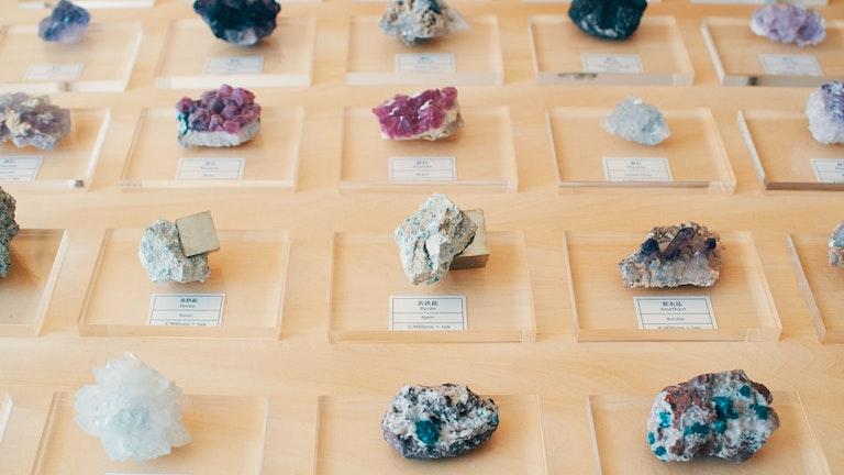 水晶や魚眼石、黄鉄鉱など様々な鉱物が並ぶ