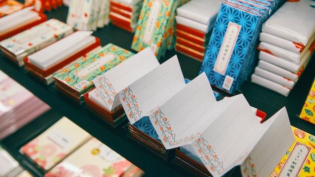 文章の長さに応じて切り取れる「ちいさい蛇腹便箋」は、榛原の人気商品