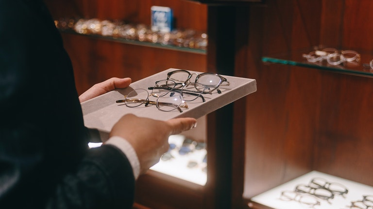 彼の言葉を受け止め、数百はあろうかというメガネから迷わず数本を選び取る。