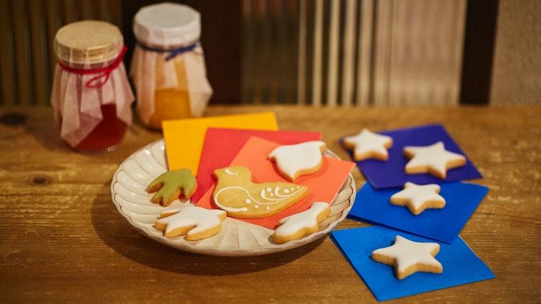 クッキーを折り紙の上に乗せると、また違った印象に。複数人でシェアするのが楽しくなりそう