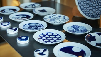千鳥や梅鶴など日本の伝統文様をモダンにアレンジした〔KOMON〕。箸置きやお皿などが揃う
