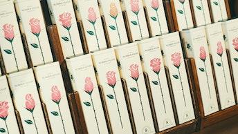 一輪のバラはそれぞれ、つぼみ・5分咲き・満開と咲き方が異なる〔8 PIECES BOX(¥850/税込)〕