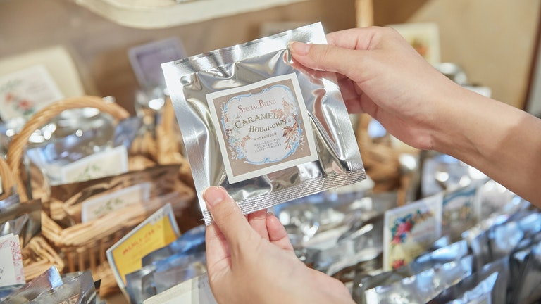 彼女が購入したキャラメルほうじ茶(¥160/税込)。チョコレートをはじめ、洋菓子によく合うのだとか