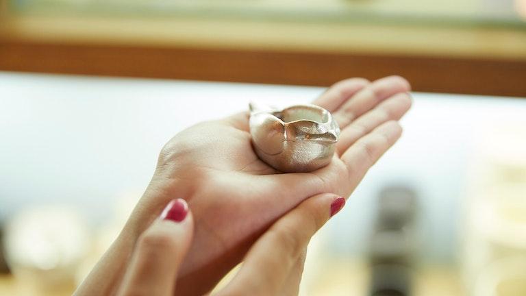 手のひらにちょこんと乗るサイズ感が何とも言えずかわいらしい小鳥の鉢