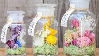 ガラス瓶の中にひとつの世界が息づく色鮮やかなフラワーボトル(S ¥7,150 M ¥8,250 L ¥10,450/税込)