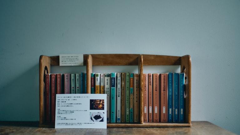 それぞれのテーブルの上にも、自由に読むことができる文庫本が。こちらは岡崎さんの私物がメインなのだそう