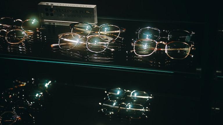 ディスプレイされるさまざまなメガネ。これらもまた、出会いを待っている。