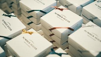 白地のボックスに上品な色合いのリボンが映える12個入のアソート (¥1,200/税抜)