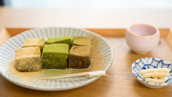 抹茶、ほうじ茶、きな粉の3種類が食べ比べできる〔黒本わらび粉入り わらび餅(¥700/税込)〕