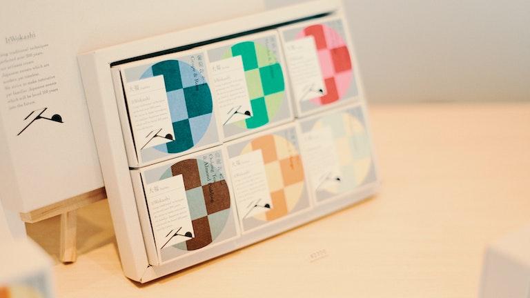 和菓子のイメージを覆す、カラフルで洗練されたデザインのパッケージ
