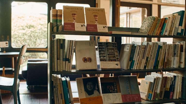 店内に置かれている本は荻窪の有名書店「Title」のセレクト。気に入った本はその場で購入できる