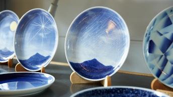 有田の風景を表現した、ブルーが印象的なプレート。食器はもちろんインテリアアイテムとしても