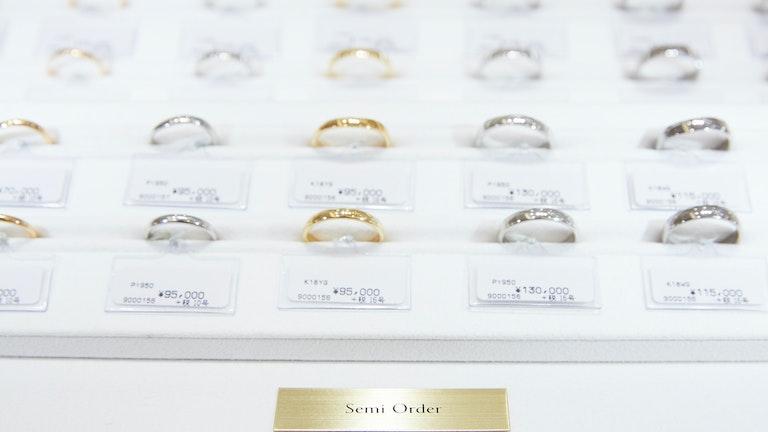 リング幅や素材、ダイヤモンドの有無などを自由に選んでのセミオーダーも可能