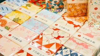 大きいものから名刺サイズ、筆箱など、多様なサイズ展開〔千代紙箱(¥880/税込)〕