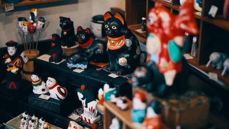 店の奥に並ぶ張り子や郷土玩具たちは、デザインから大きさまで多岐にわたる