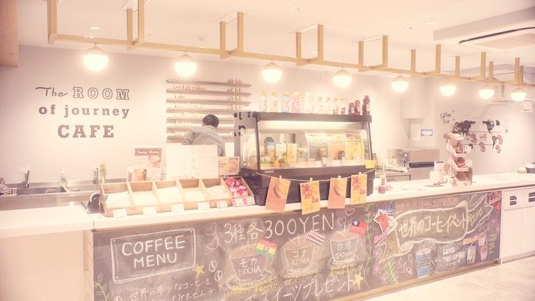 店内に入ってすぐのコーヒーカウンター。ディスプレイやメニューの書かれた黒板の遊び心が素敵だ。