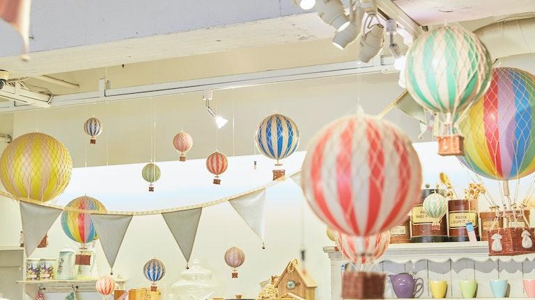 カラフルな気球たちが、おとぎ話の世界にいるような気分にさせてくれる