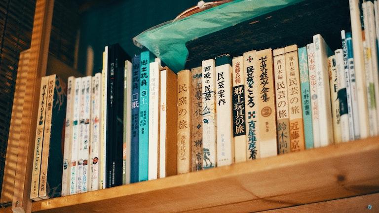 奥のギャラリースペースにある本棚には、民芸に関する古書がずらり