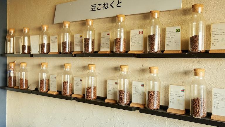 2つの提携農園から仕入れた7種類のコスタリカ産コーヒー豆のほか、世界各地のオーガニックの豆を揃えている