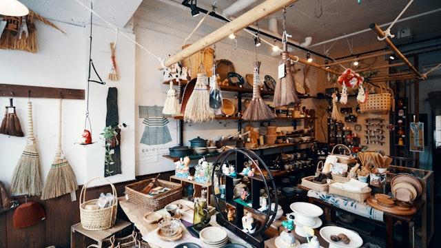 湯呑みやマグカップなどの器から農具まで、あらゆる「暮らしの道具」が並ぶ店内