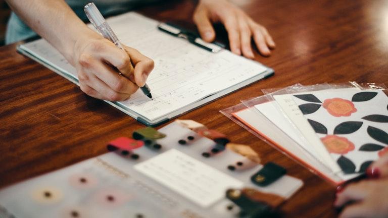 留め具やリングの色を決めたらカウンターでオーダー。当日中に受け取ることができる