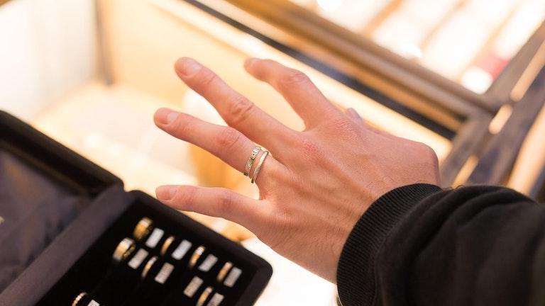 これに決めた!「ジニィーリング(税込 28,080円〜)」は古代の文様のようなデザインのなかにブラックダイヤモンドがあしらわれている。