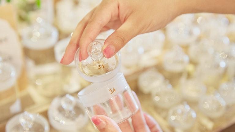 蓋と本体の数字が一致しているものしかぴったりとは閉まらない秤量瓶。アクセサリー入れとしても人気