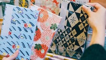 おしどりや重陽、榛原を代表する色硝子など、様々な柄が揃うオリジナルノート〔榛原ノート(¥1,540/税込)〕