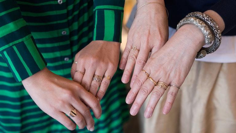 左がチーフデザイナーの野口さん、右が代表の川口さんの手。合わせて16本(!)のリングがあるが、嫌味がまったくない。