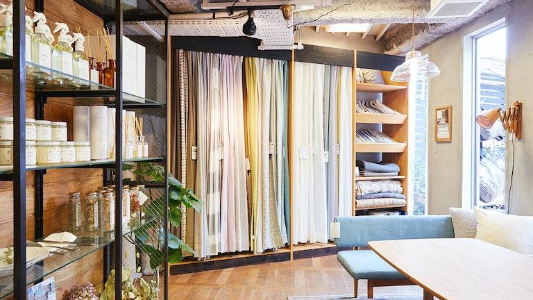 種類豊富なカーテンはどれも『MOMO NATURAL』の家具に馴染む綺麗な色合い