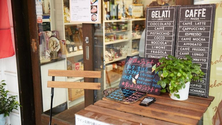 小さいお店ながらもプロの料理人まで買い物に訪れるという確かな品揃え。特製のジェラートやカフェも人気