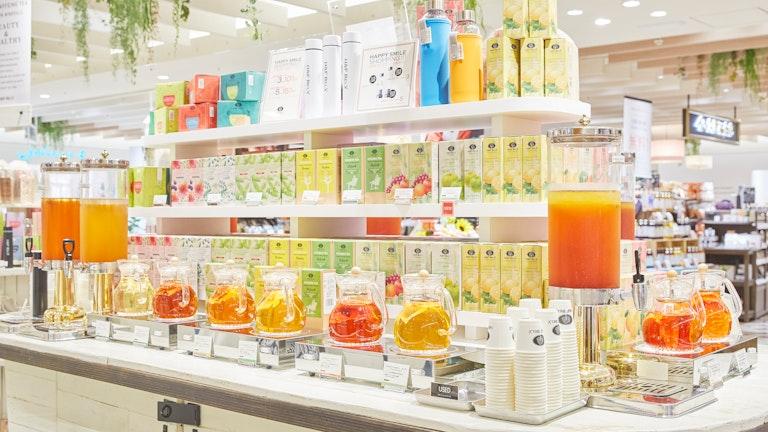 試飲カウンターには常に20種類ものお茶が用意されており、ここにはないお茶も試飲させてもらうことが可能