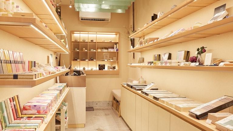 店内にはお香のほか、線香や香皿、匂い袋など香りにまつわる幅広いアイテムが揃う