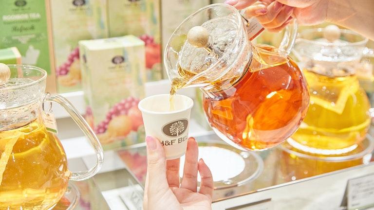 ホット・アイスを問わず、店内ではポットの中のお茶を自由に試飲できる