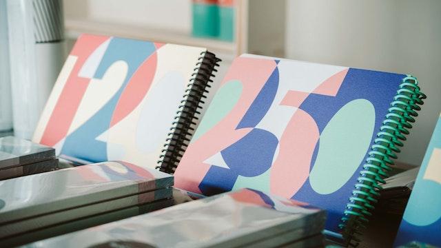 鮮やかな色彩が特徴のノートや手帳たち