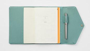 一緒に使いたいバンブーリネンのカバーのセット(¥5,610~/税込)。B6のノートとぴったり収まります
